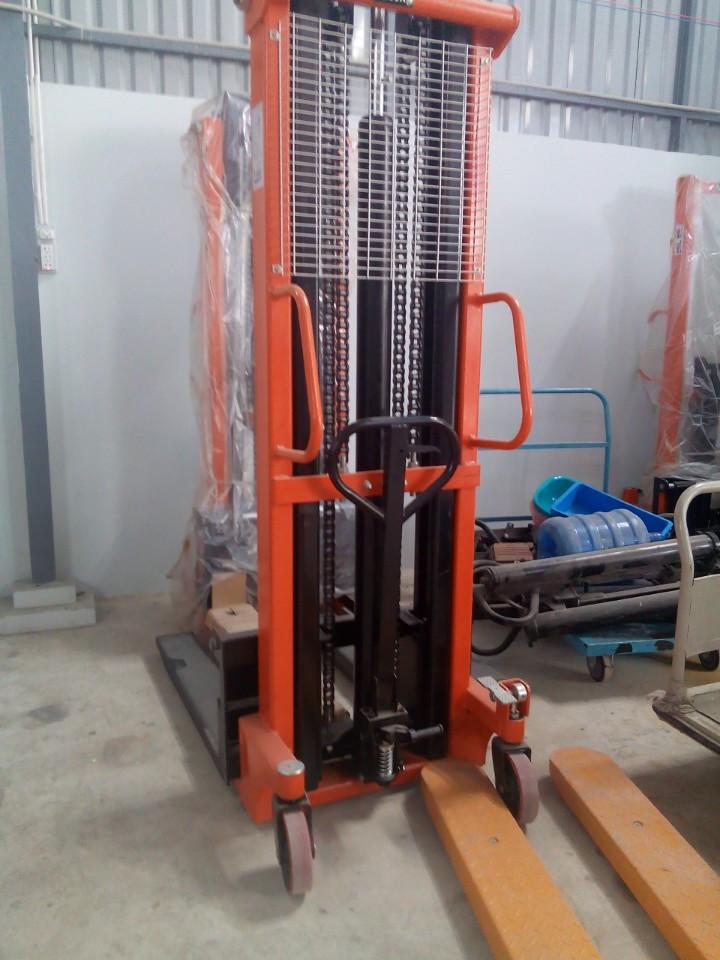 xe-nang-tay-cao-1500kg-nang-cao-3m_s1545